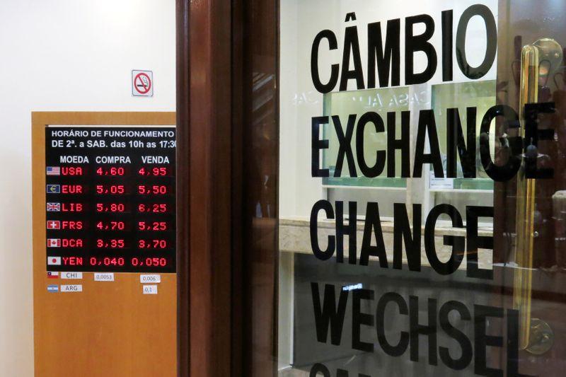 Dólar sobe ante real com aversão a risco global