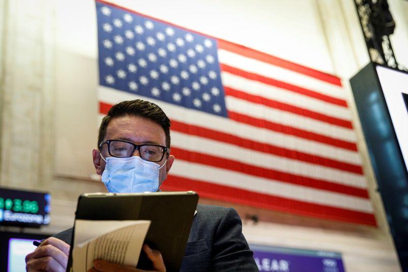 Wall St cai com perdas nas ações cíclicas compensando impulso do setor de crescimento