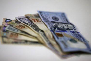 Com inflação em alta, mercado puxa dólar para cima à espera de Fed e Copom