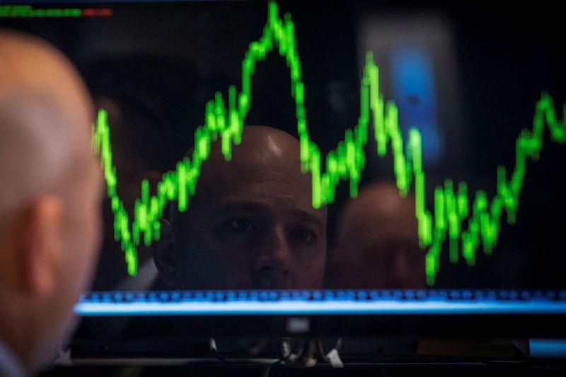 BOLSA EUA-Wall St oscila em início de semana rica em balanços