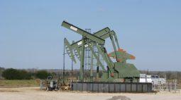 Preços do petróleo fecham perto de US$75; queda de estoques reduz preocupações com vírus