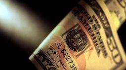 Dólar emenda 2ª semana de ganhos com ambiente local conturbado e expectativa por BCs