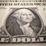 Dólar esboça queda, mas segue perto de R$5,60; juros voltam a disparar
