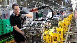 GM amplia cortes de produção por falta de chips, Stellantis alerta para problemas