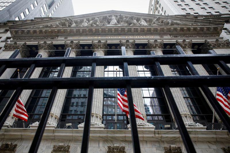 Wall St encerra em queda após ata do Fed; criptomoedas recuam