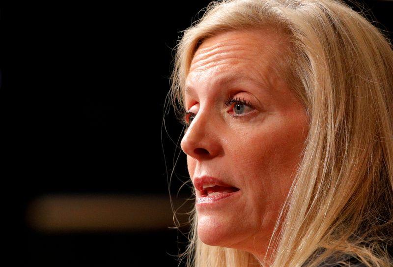 Diretora do Fed diz esperar que pressões sobre preços diminuam com o tempo