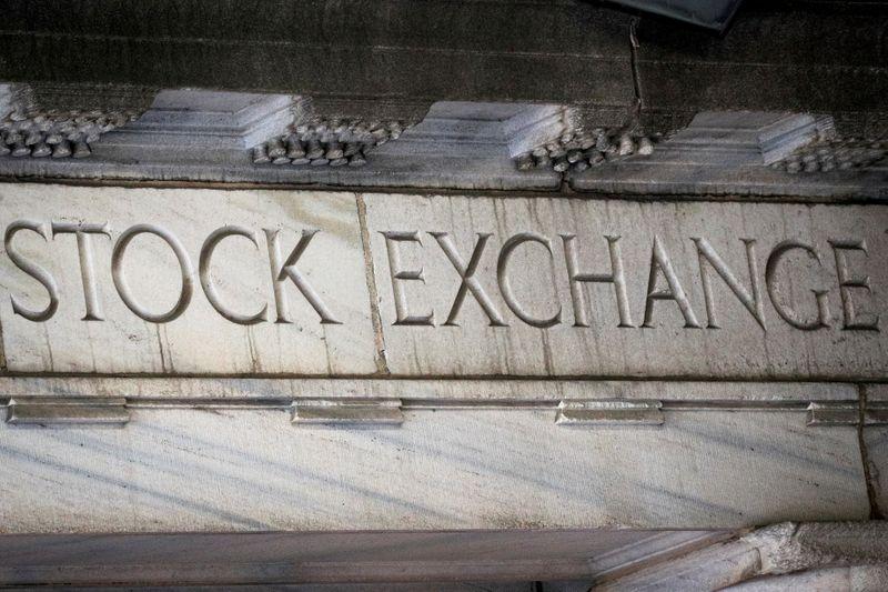 Wall St fecha em ligeira queda com investidor de olho em inflação