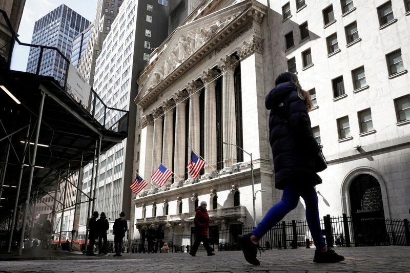 Wall St tem leve alta com acomodação em rendimentos dos títulos