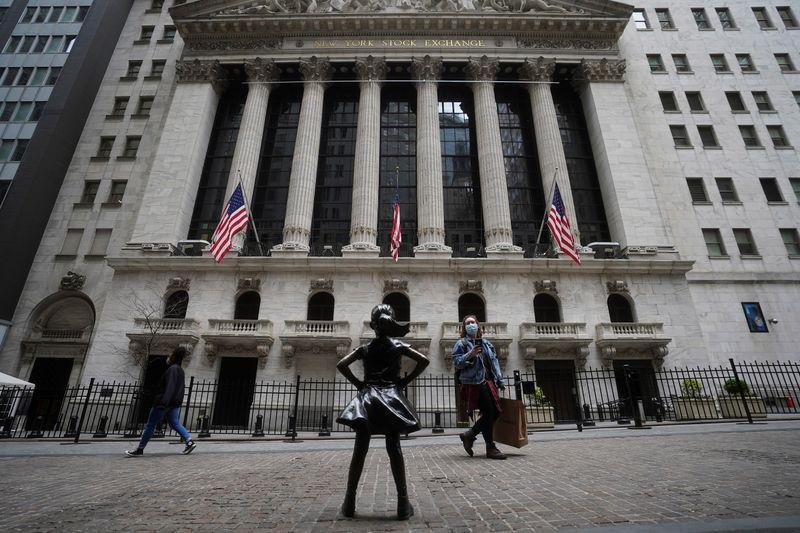 Dow e S&P 500 avançam após queda em pedidos de auxílio-desemprego nos EUA