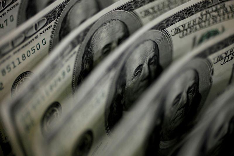 Dólar cai a mínimas em mais de duas semanas com fluxo e exterior