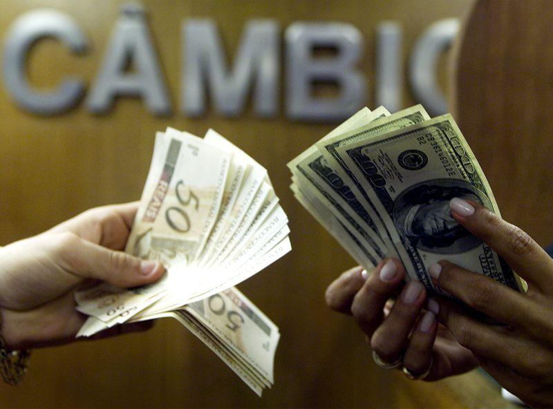 Dólar fecha em alta de 0,20%, a R,2254