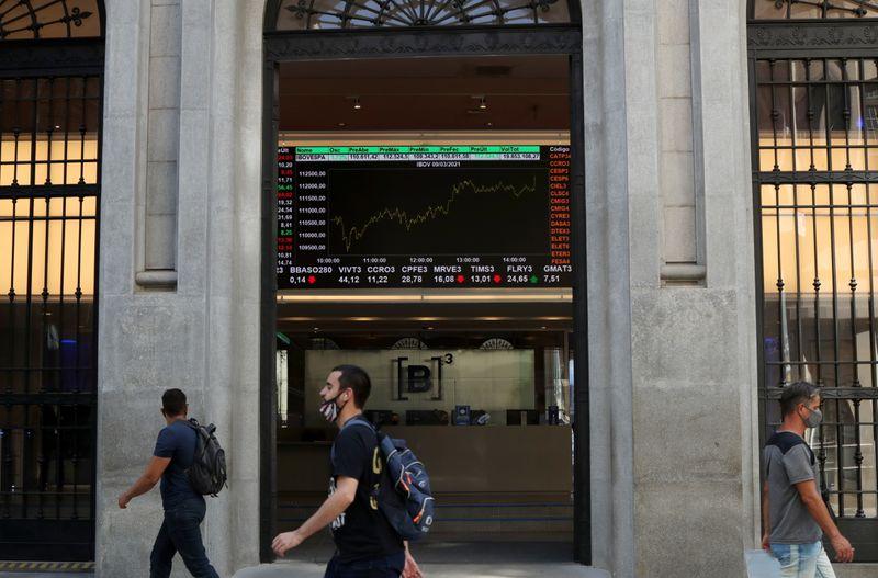 Ibovespa recua com declínio de bancos; Embraer sobe