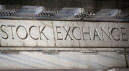 Wall St recua após S&P 500 tocar máxima recorde; foco segue em reunião do Fed