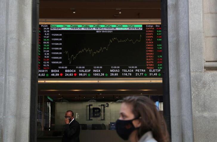 Ibovespa fecha em queda após Fed projetar alta de juros em 2023