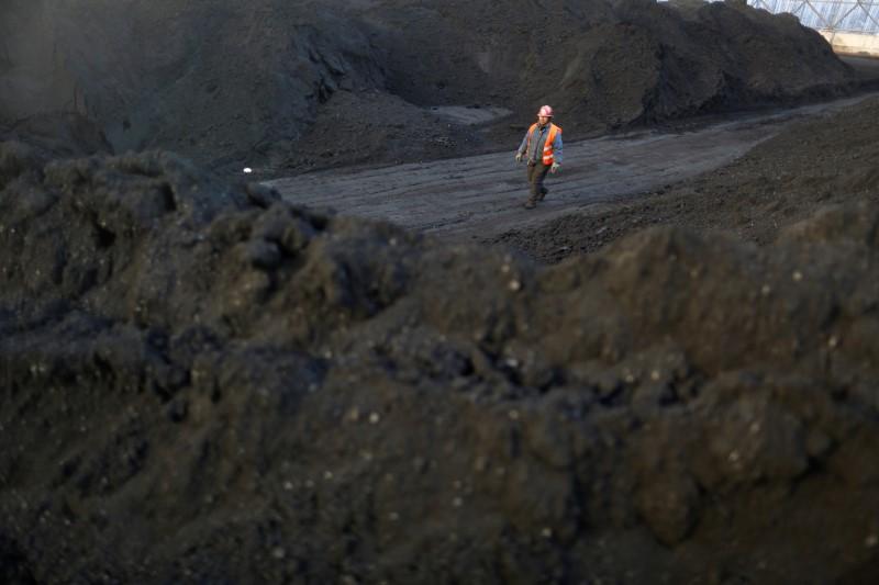 Carvão coque recua após China anunciar investigação sobre preços; minério também cai