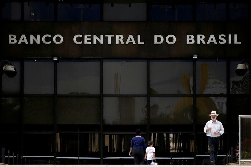 Barroso pede vista e suspende julgamento sobre autonomia do BC