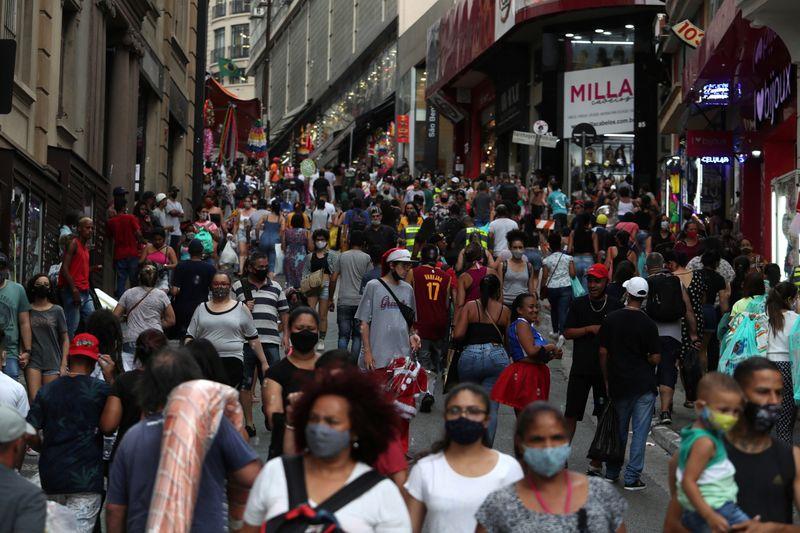 Disputa entre variantes Delta e P.1 vai selar nova fase da pandemia no Brasil, dizem especialistas