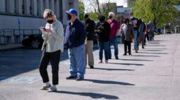 Pedidos semanais de auxílio-desemprego nos EUA caem; PIB cresce 6,4% no 1º tri