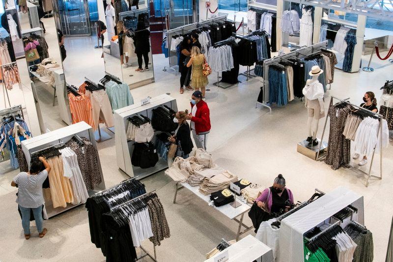 Gasto do consumidor dos EUA ficam estáveis em maio; inflação ganha impulso