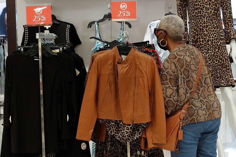 Confiança do consumidor dos EUA dispara a máxima em mais de 1 ano em junho