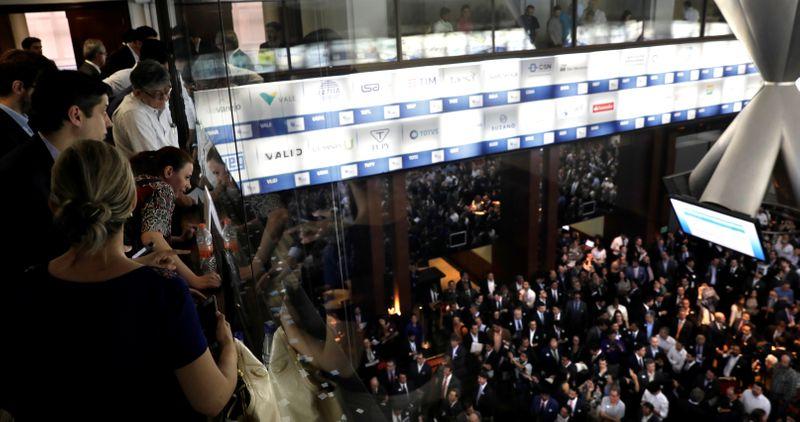 Brasil vê boom em negócios de fusões e aquisições, puxados por energia, varejo e saúde