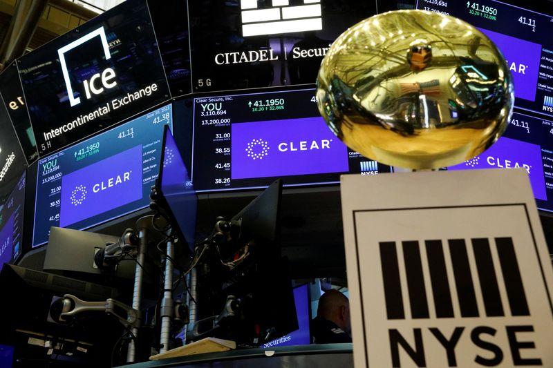 Dow e S&P caem puxados por setor financeiro; Nasdaq renova recorde