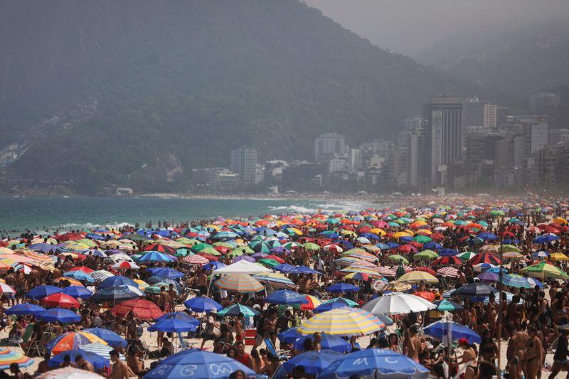 Rio arrisca colapso na saúde com reabertura, aglomeração e fechamento de leitos para Covid-19