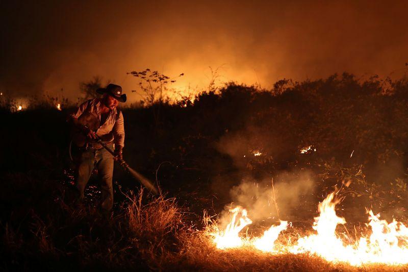 CORREÇÃO-Bolsonaro minimiza queimadas e acusa ONGs de agirem contra regularização fundiária