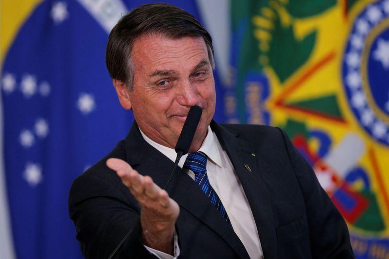 """Bolsonaro repete Guedes e diz que Brasil está """"voltando em V"""" de crise"""