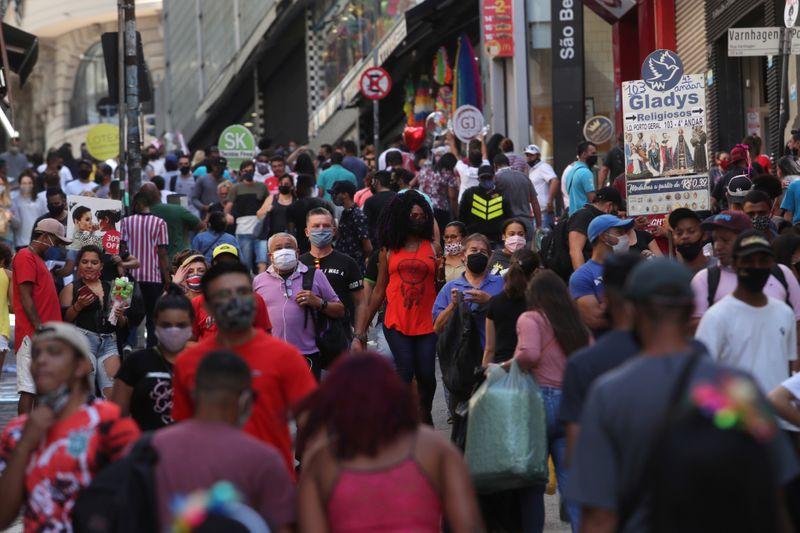 SP tomará medidas para conter Covid-19 nas festas de fim de ano, diz secretário de Saúde