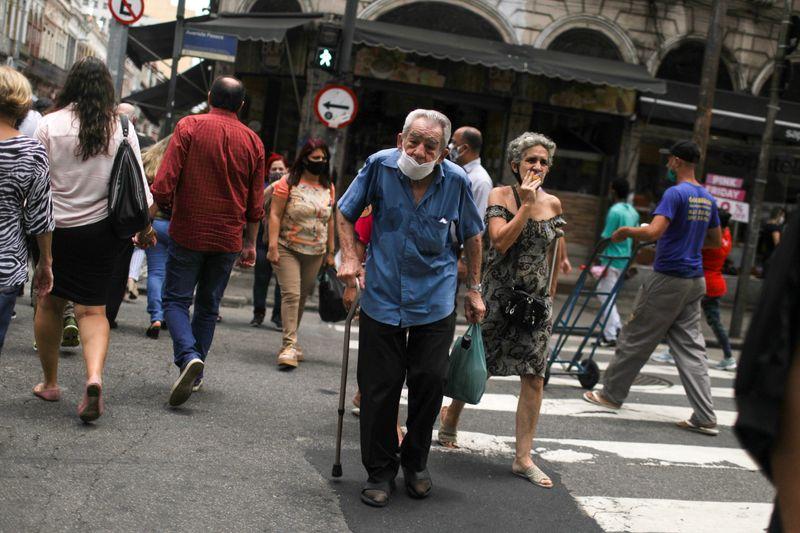 Coronavírus volta a acelerar e Brasil ultrapassa 6 milhões de casos sob temor de 2ª onda