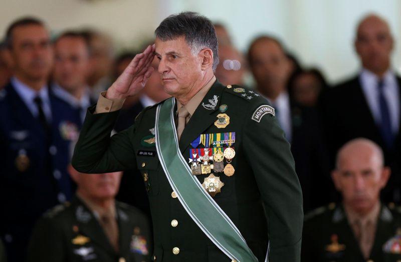 Após queda de cavalo, comandante do Exército está com Covid-19