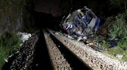 Ônibus cai de viaduto em Minas Gerais e pelo menos 14 pessoas morrem