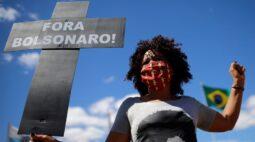 """Bolsonaro diz que não tem cabimento ser acusado por mortes da Covid-19 e defende """"tocar a vida"""""""