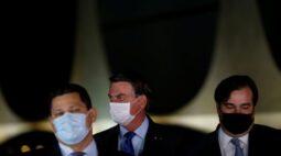 """Bolsonaro ironiza autoridades do Judiciário e Legislativo que """"dormem"""" de máscara e pegaram o coronavírus"""