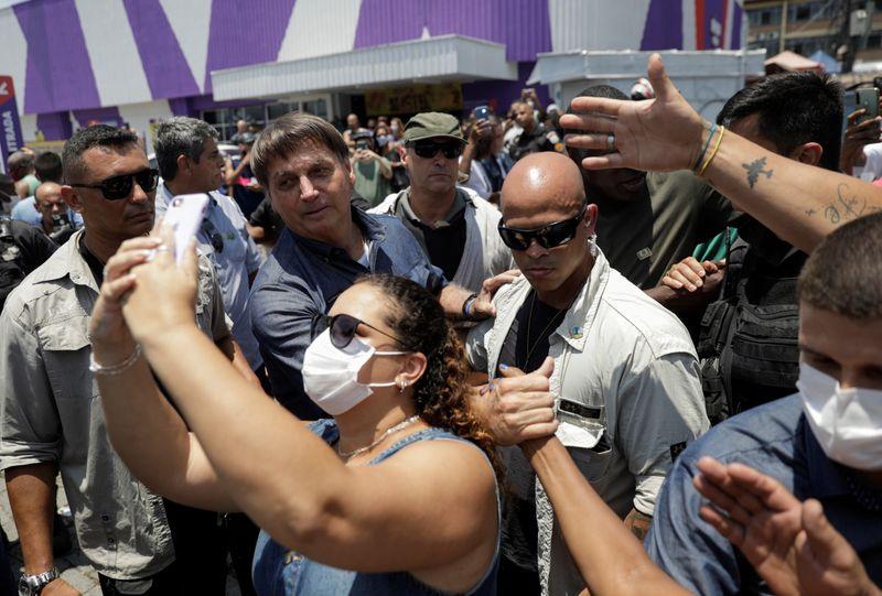 Bolsonaro lamenta 200 mil mortes por Covid, mas volta a criticar isolamento social