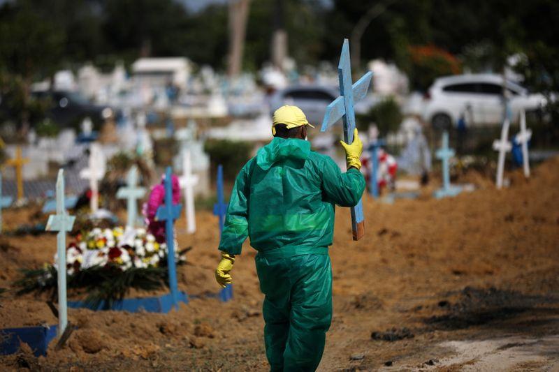 Brasil registra 1.274 novas mortes por Covid-19 e total atinge 205.964
