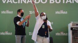 """""""Grande chance de salvar vidas"""", diz enfermeira Mônica, primeira vacinada contra Covid-19 no Brasil"""