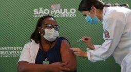 Anvisa aprova uso emergencial de vacinas e enfermeira de SP é 1ª a receber imunizante