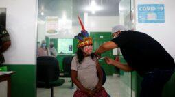 Nas profundezas da Amazônia, indígenas recebem vacina contra o coronavírus