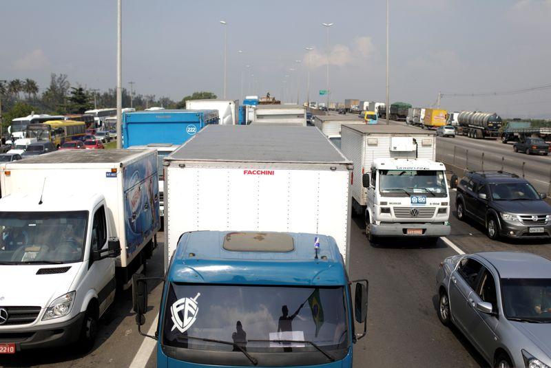 Sob ameaça de greve, Bolsonaro inclui caminhoneiros em grupo prioritário para vacinação da Covid-19