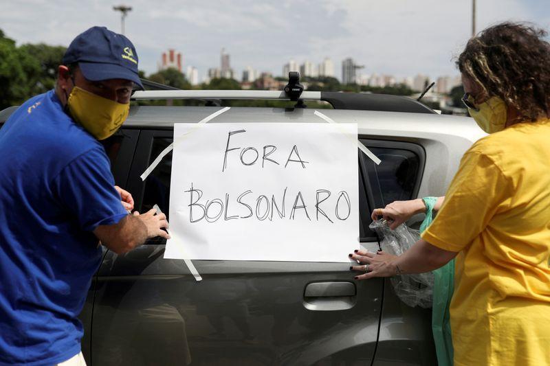 CORREÇÃO-'Fora Bolsonaro!' falam ex-apoiadores em protestos por resposta do Brasil à Covid-19