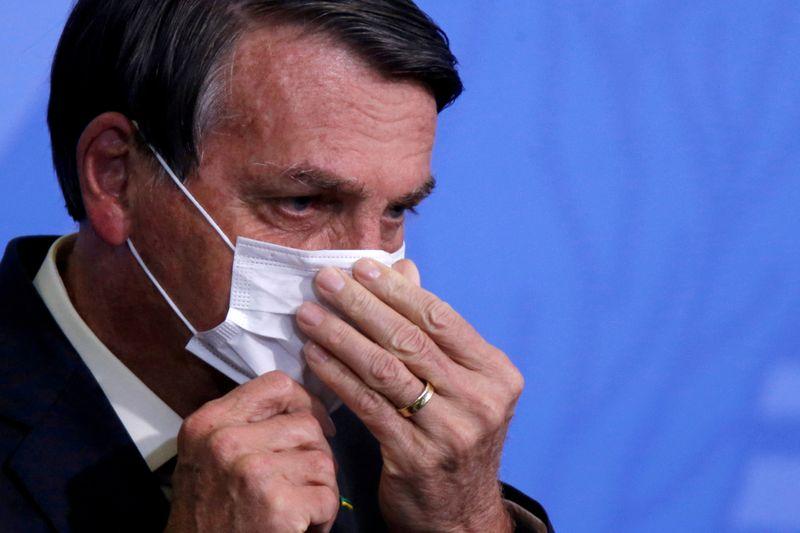 Bolsonaro muda o tom e defende vacinas para economia voltar a funcionar