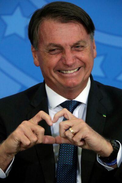 Bolsonaro sugere sorriso, piada e volta aos estádios em dia que Brasil supera 9 milhões de casos de Covid-19