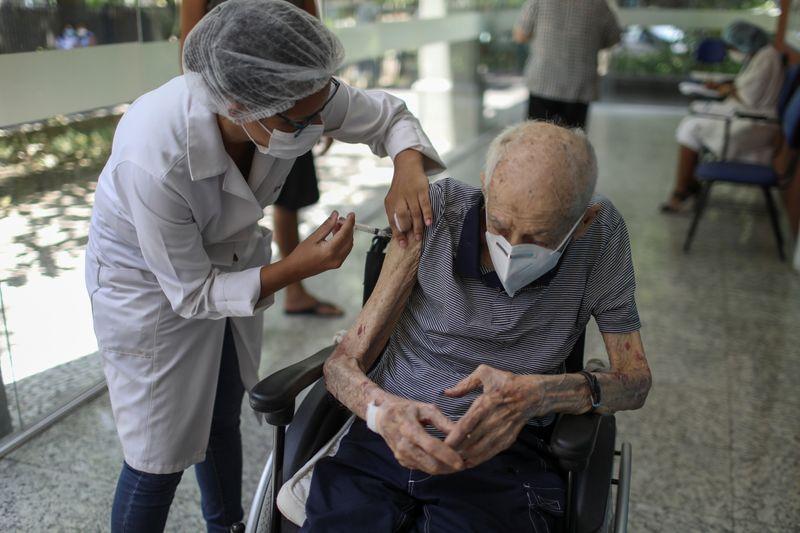 Brasil receberá 2 milhões de doses de vacina da AstraZeneca da Índia na terça, diz Fiocruz