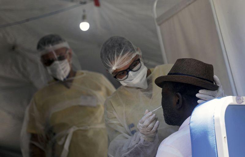 Epicentro da pandemia, Brasil reduz testagem e tem percentual de positivos 6 vezes acima do recomendado