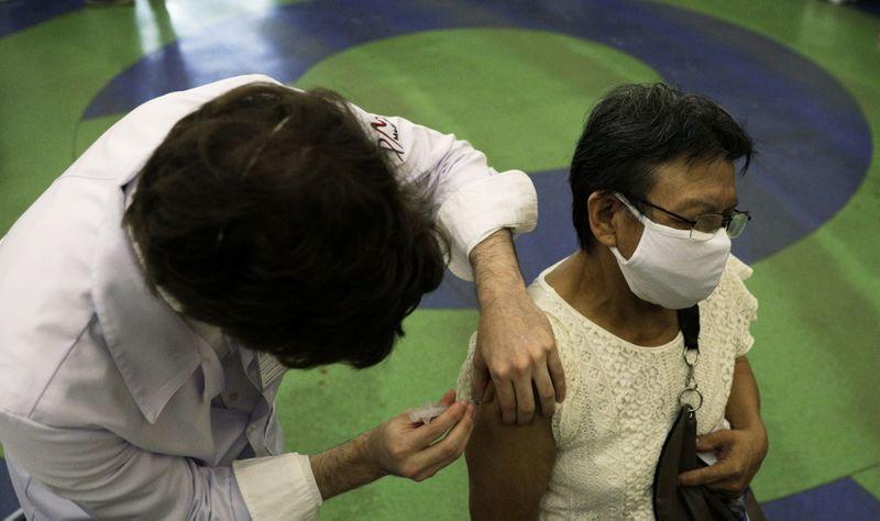 Rio estima vacinar toda população acima de 60 anos até 22 de abril, diz Paes