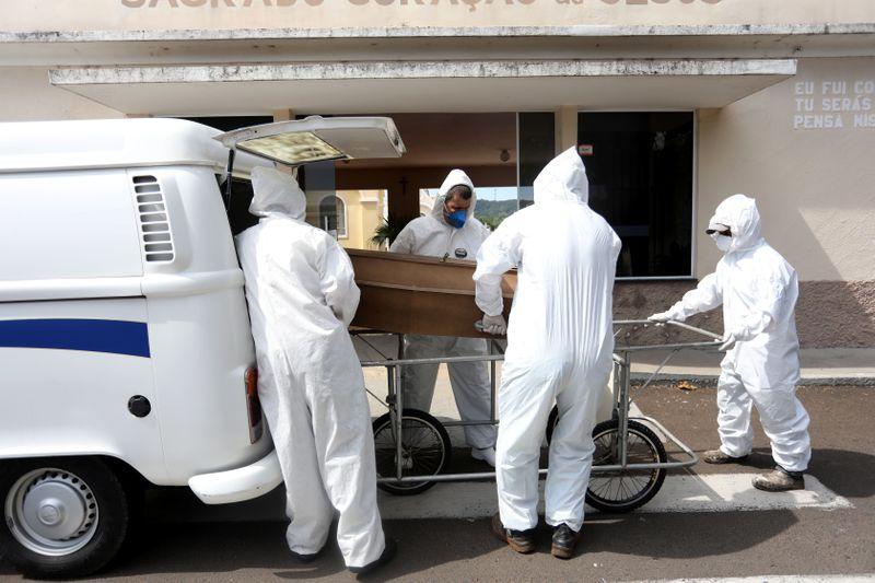 Mortes na fila: o drama da busca por leitos de UTI no pior momento da Covid no país