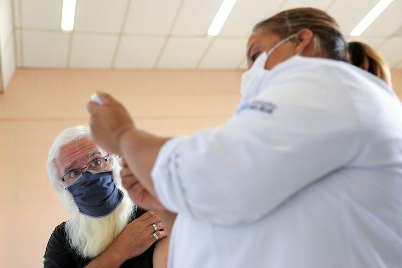 Municípios denunciados por fura-fila da vacina tem até esta terça para se explicar