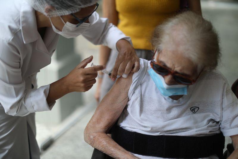 Fiocruz diz que demanda por insumos de vacinas gera alerta sobre cronograma de entrega